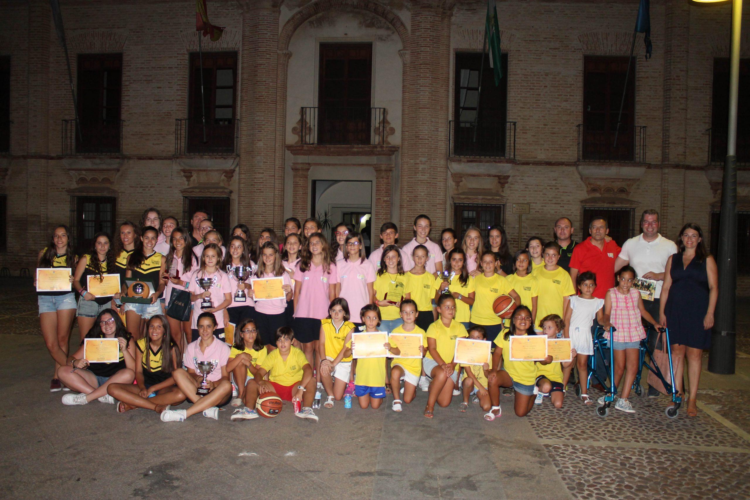 El Club de Baloncesto Femenino de La Carlota recibe un reconocimiento por los títulos de la temporada 1
