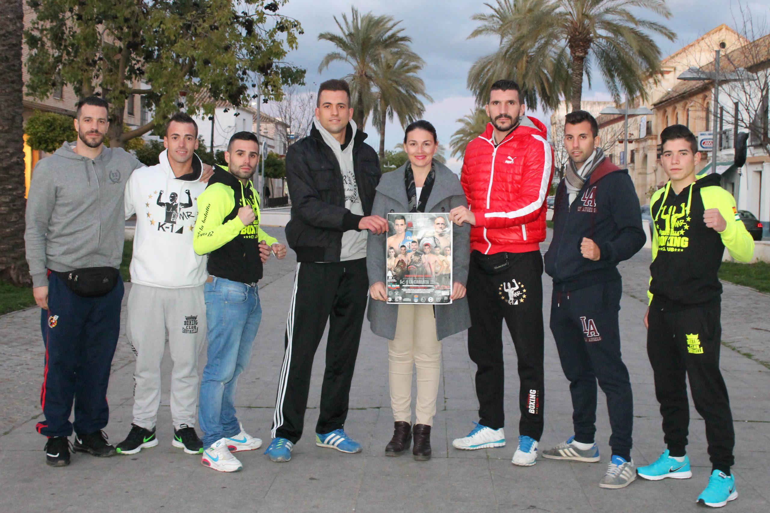 Suanes junto a Torres – cuarto por la izquierda- y el resto de los luchadores que participan en la Gala K1, presentando el cartel en el paseo Carlos III de La Carlota